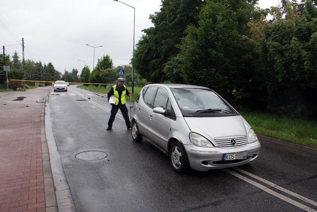 88-letni senior doznał poważnych obrażeń ciała w wyniku wypadku drogowego. Doszło do niego po godzinie 13 na ulicy Zaborskiej w Oświęcimiu.