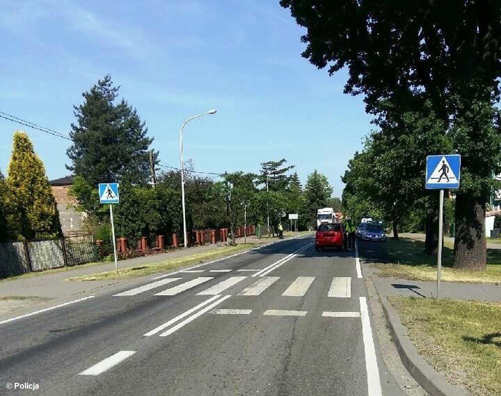 W Chełmku 77-letni kierowca potrącił małżonków na przejściu dla pieszych. Kobieta doznała bardzo poważnych obrażeń ciała i trafiła do szpitala.