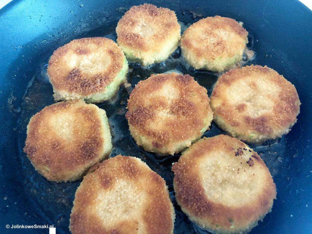 Panierowana cukinia to banalne danie, które nie wymaga ani długiego przygotowana, ani też wyższych umiejętności kulinarnych.