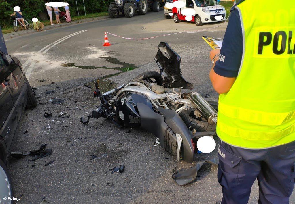 82-letni kierowca zajechał drogę motocyklowi. 27-letni motocyklista w ciężkim stanie trafił śmigłowcem do szpitala w Krakowie. Ruch odbywa się wahadłowo.