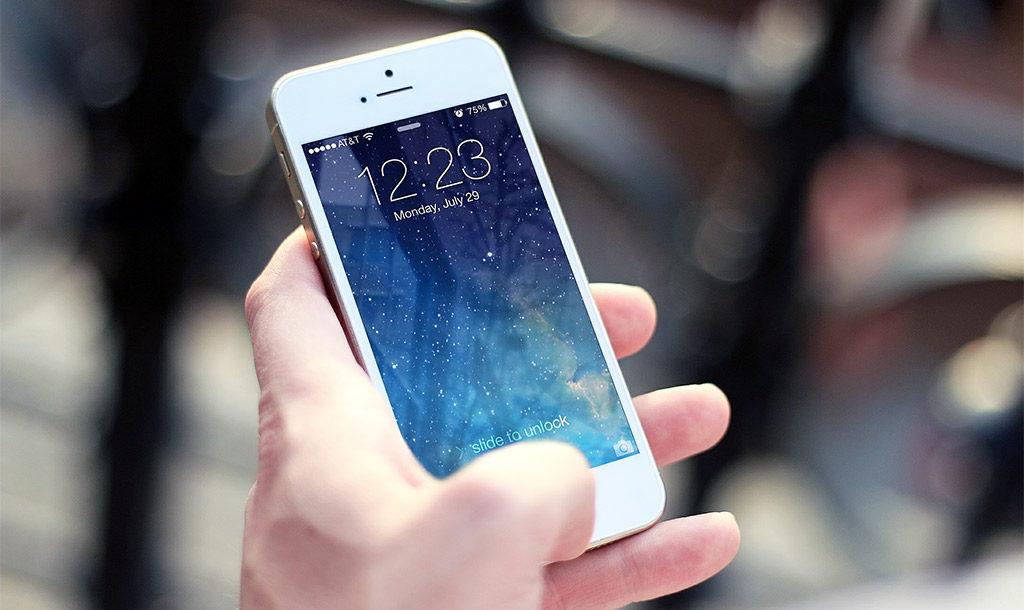 Dyskusja prawdziwych fanów obu tych systemów toczy się jak długi i szeroki jest cały internet. My nie mamy wątpliwości: telefony z charakterystycznym jabłuszkiem na stałe zmieniły sposób myślenia o nowoczesnej telefonii komórkowej.
