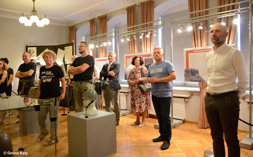 """Mundury, bagnety, plecaki, chlebaki, odznaki i dokumenty - to tylko niektóre z eksponatów, jakie można oglądać na wystawie """"Polski żołnierz 1939"""" w Kętach."""