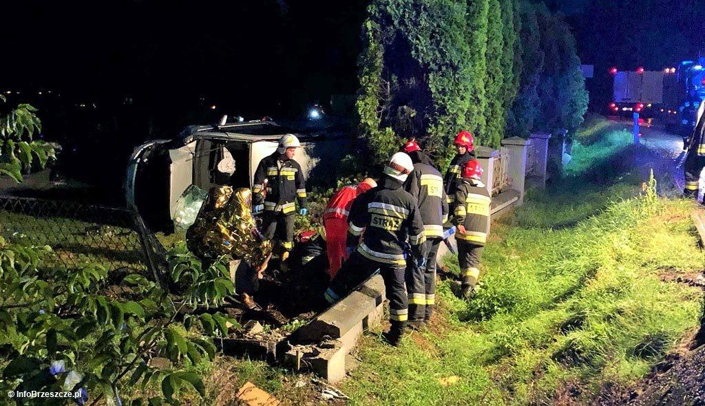 62-letni kobieta doznała obrażeń ciała w wypadku drogowym w Brzeszczach. 32-letnia kobieta wypadła volkswagenem z drogi i wywróciła samochód na bok.