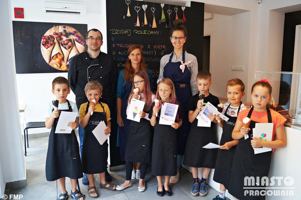 Fundacja Miasta Pracownia połączyła siły z lokalną firmą Figa z makiem lody rzemieślnicze. Z tej współpracy powstały pyszne warsztaty dla najmłodszych.