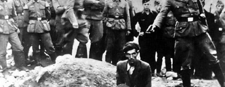Zdjęcie rozstrzeliwanego Żyda na odzieży. Interwencja Muzeum Auschwitz