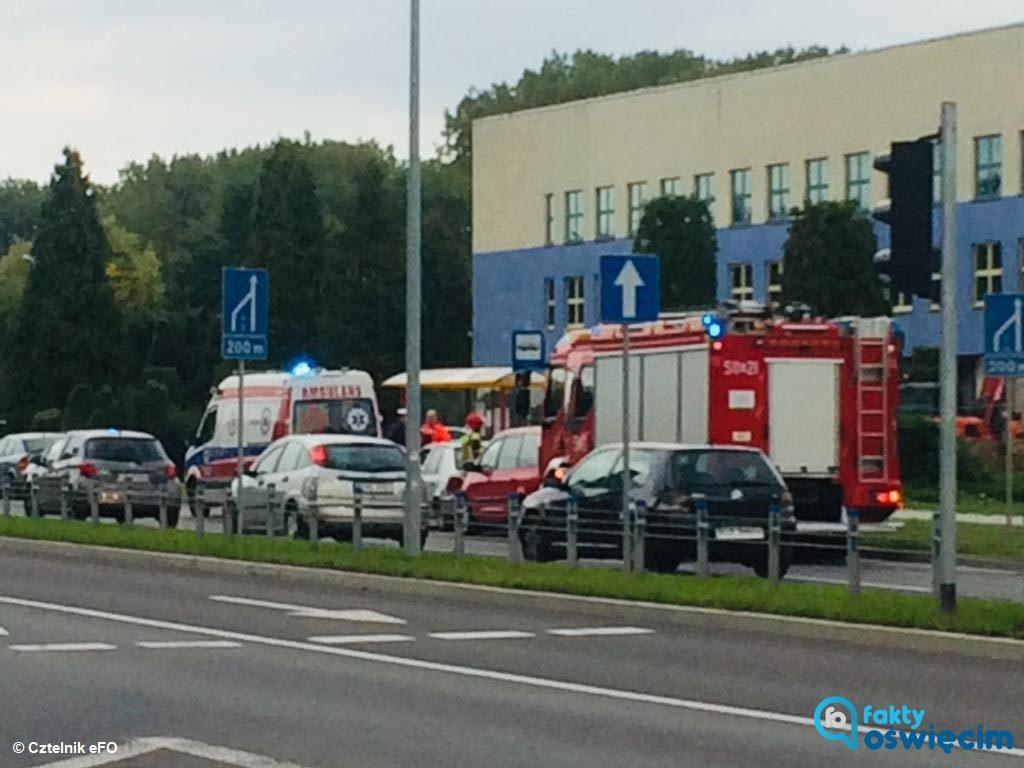 Dwa samochody zderzyły się dzisiaj po południu na ulicy Chemików w Oświęcimiu. Jeden z kierowców zagapił się i wjechał w tył poprzedzającego go samochodu.