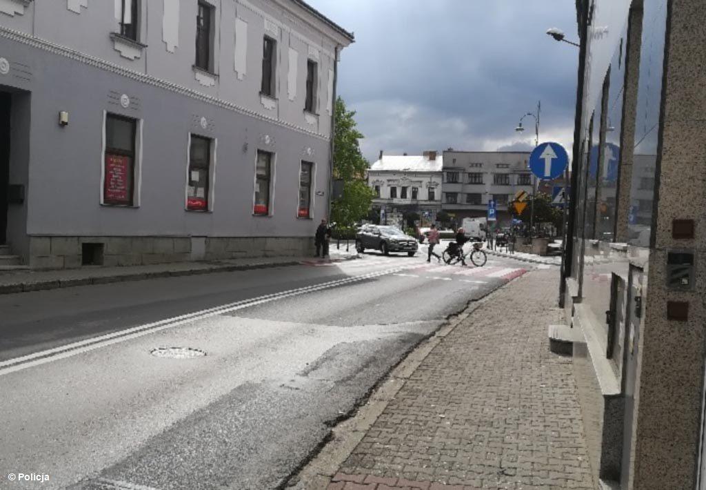 Dzisiaj w Kętach doszło do zdarzenia drogowego z udziałem dwojga seniorów. Jadący rowerem 81-latek potrącił 81-latkę, przechodząca przez jezdnię.