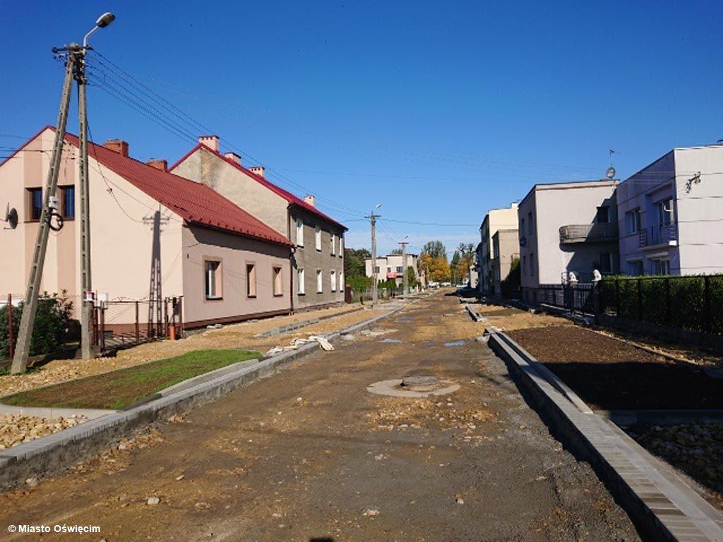 Remont ulicy Orzeszkowej w Oświęcimiu miał trwać do wczoraj. Trakt nie ma asfaltu i chodników, a drogowcy zeszli z placu budowy, nie kończąc inwestycji.