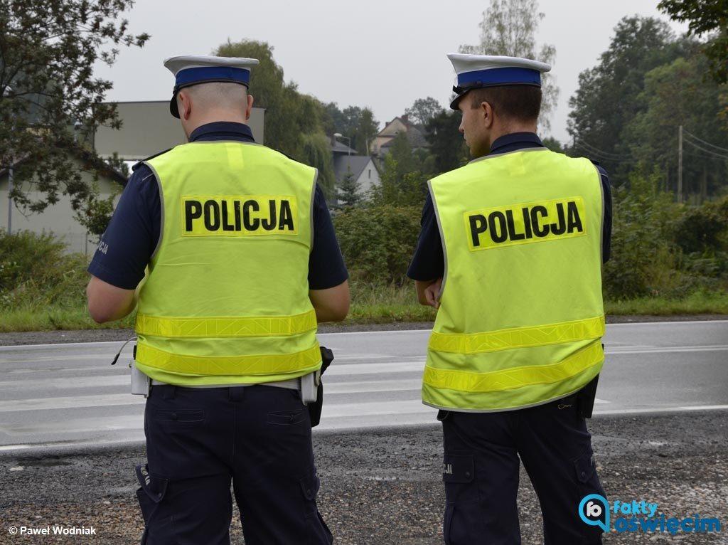 Policjanci zatrzymali do kontroli traktor. Traktorzysta nie posiadał uprawnień do kierowania, a pojazd nie miał dowodu rejestracyjnego i ubezpieczenia.