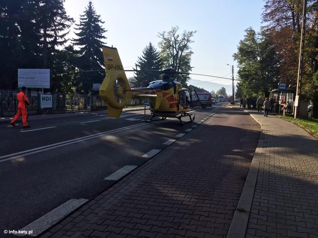 Dzisiaj rano podczas prac związanych z wymianą dachówek na dachu bloku w Kętach spadł pracownik. Mężczyzna doznał bardzo ciężkich obrażeń ciała.