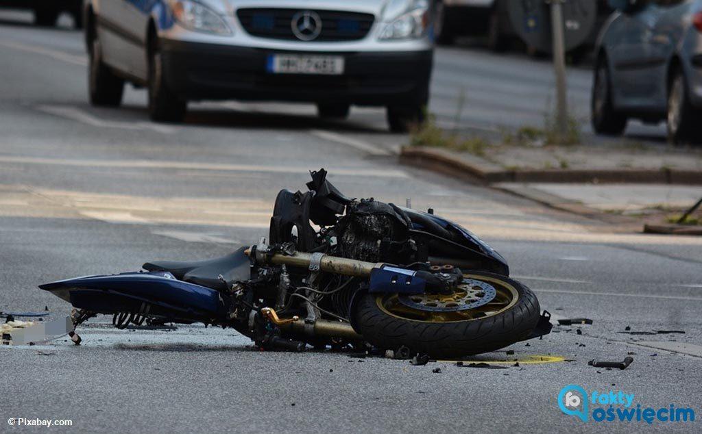 Był po służbie i tankował swój samochód na jednej ze stacji benzynowej. Wydawało mu się, że wyjeżdża z niej pijany motocyklista. Powiadomił więc kolegów.
