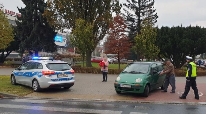 Kolejne zdarzenie drogowe na skrzyżowaniu ulic Śniadeckiego i Tysiąclecia. Tym razem seniorka potrąciła samochodem seniora, jadącego na rowerze.