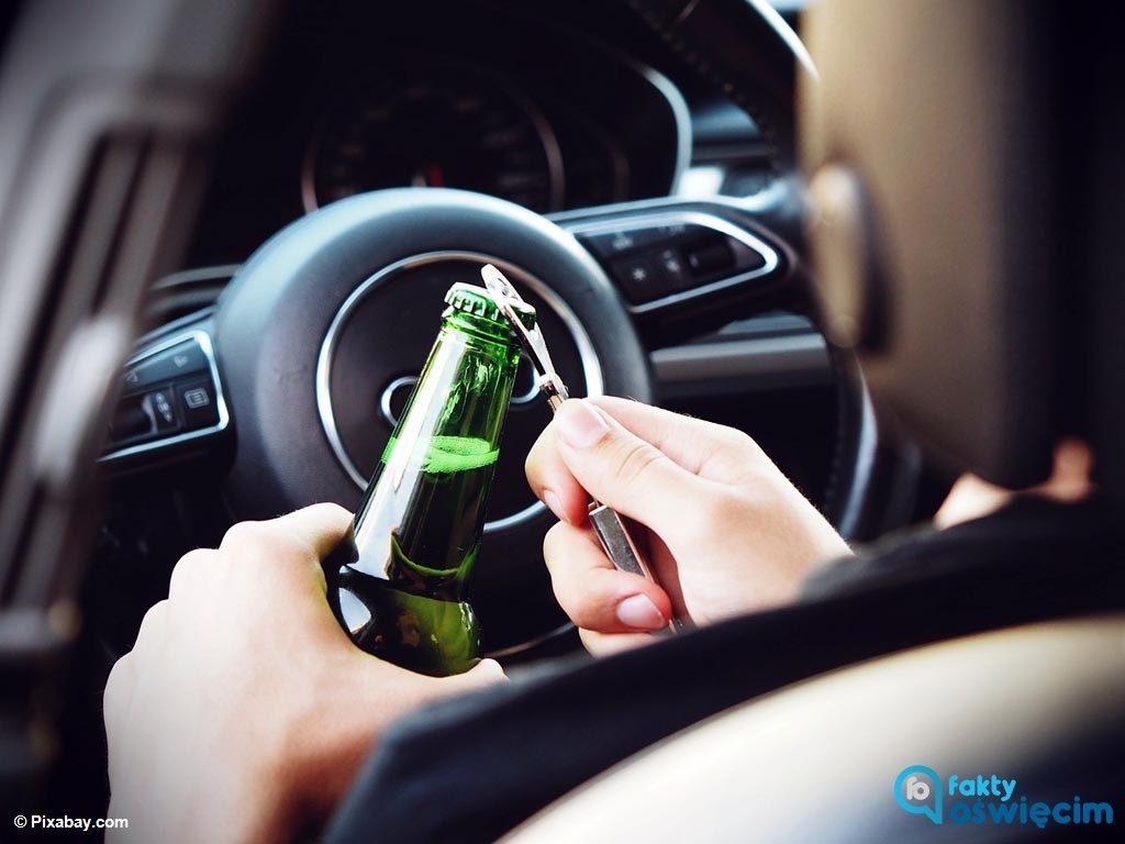 Ratownik medyczny zatrzymał mężczyznę, który samochodem przyjechał do sklepu po skrzynkę piwa. Kierowca miał 2,5 promila alkoholu w wydychanym powietrzu.