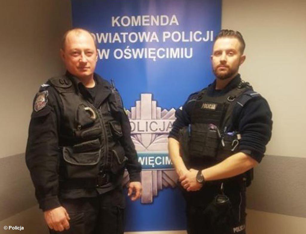 Witold Stefańczyk i Ivo Kopijasz, to policjanci, którzy wynieśli mężczyznę z zadymionego mieszkania. 57-latek, który zaprószył ogień, był już nieprzytomny.