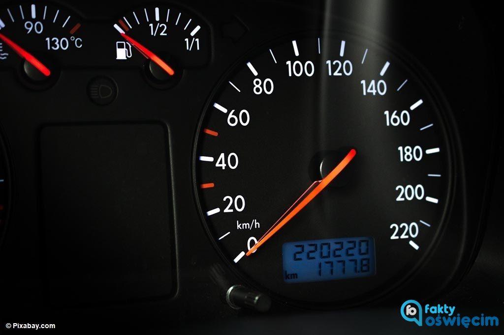 Funkcjonariusze drogówki zatrzymali do kontroli volkswagena. Okazało się, że samochód był odmłodzony o 43 tysiące kilometrów. Sprawą zajęli się kryminalni.