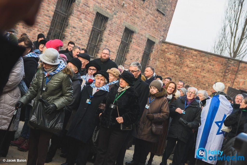 Byli więźniowie, prezydent Polski i dyrekcja Muzeum złożyli wieńce przed Ścianą Straceń. Tak rozpoczęły się obchody rocznicowe w byłym obozie Auschwitz.