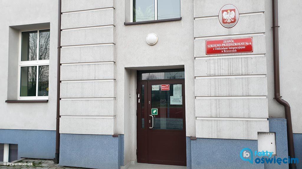 W szkole w Brzeszczach nastąpiła awaria akumulatorów instalacji fotowoltaicznej. Dyrektorka zamiast na 112 zadzwoniła do magistratu.
