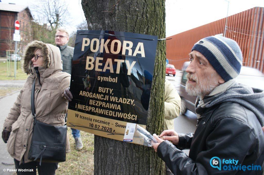 Dzisiaj mijają trzy lata od wypadku kolumny rządowej wiozącej ówczesną premier Beatę Szydło. KOD zorganizował happening w miejscu zdarzenia.