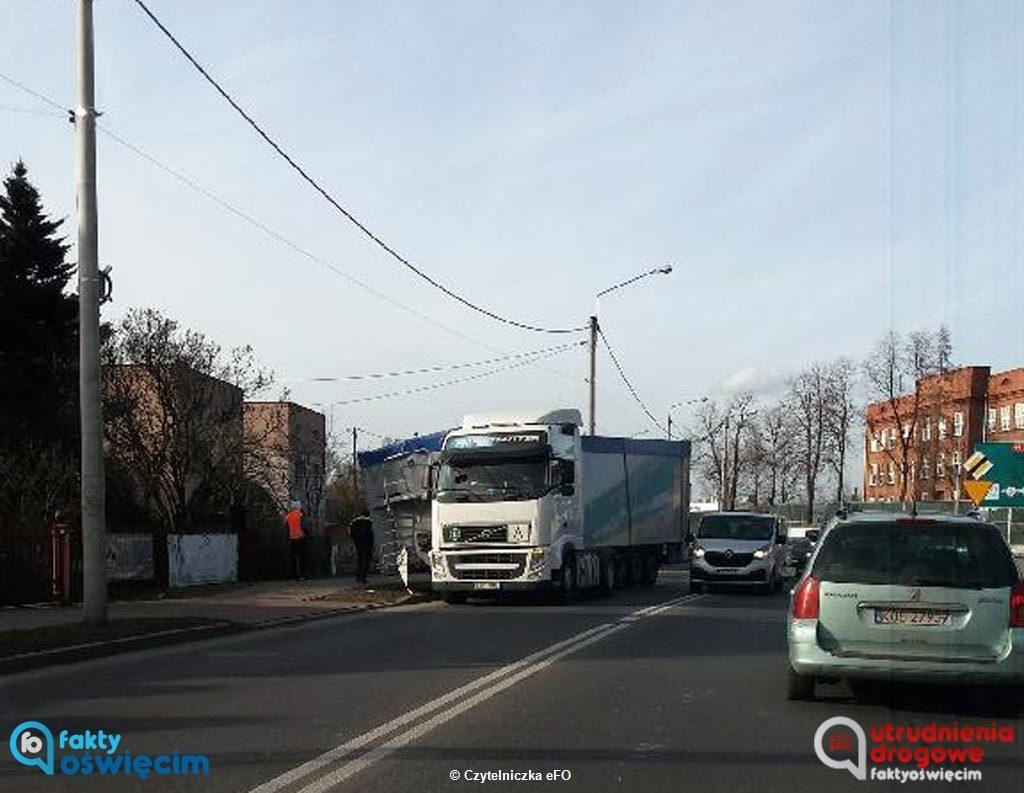 Z ciągnika siodłowego volvo wypięła się naczepa. Do zdarzenia doszło około godz. 14 na ulicy Konarskiego w Oświęcimiu przy skrzyżowaniu z ulicą Wilkosza.
