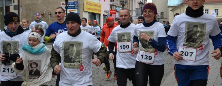 Biegacze uczcili pamięć żołnierzy wyklętych – FILM, FOTO