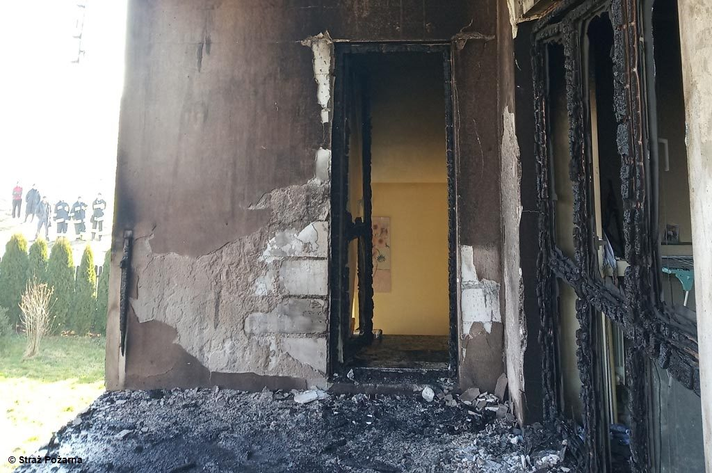Dzisiaj rano płonął dom w Piotrowicach. W akcji ratowniczo-gaśniczej uczestniczyło łącznie 26 strażaków. Budynek udało się uratować.