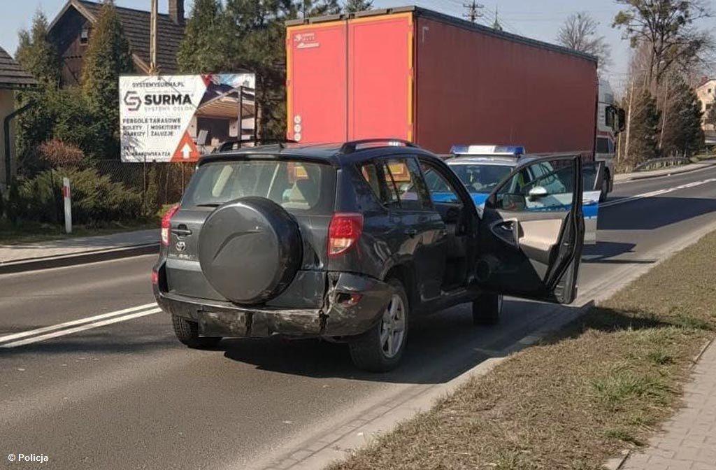 Dzisiaj o godz. 10.35 na drodze krajowej nr 52 w Bulowicach doszło do zderzenia dwóch samochodów. Interweniowali policjanci, strażacy i ratownicy medyczni.