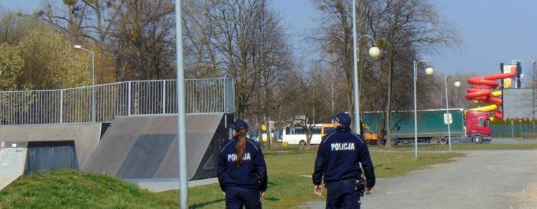 Policjanci kontrolują place zabaw i skateparki