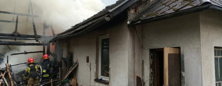 Paliły się dom i budynek gospodarczy – FOTO