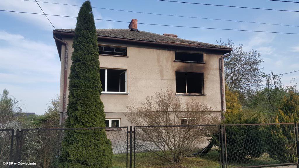 W domu jednorodzinnym w Brzeszczach wybuchł pożar. Choć strażacy szybko uporali się z ogniem, straty są spore. Mieszkańcy szybko zorganizowali zrzutkę.