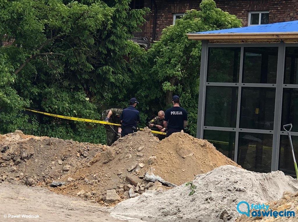 Podczas prac ziemnych na placu budowy w Oświęcimiu oczom pracowników budowlanych ukazała się amunicja. Na miejscu są policjanci i saperzy.