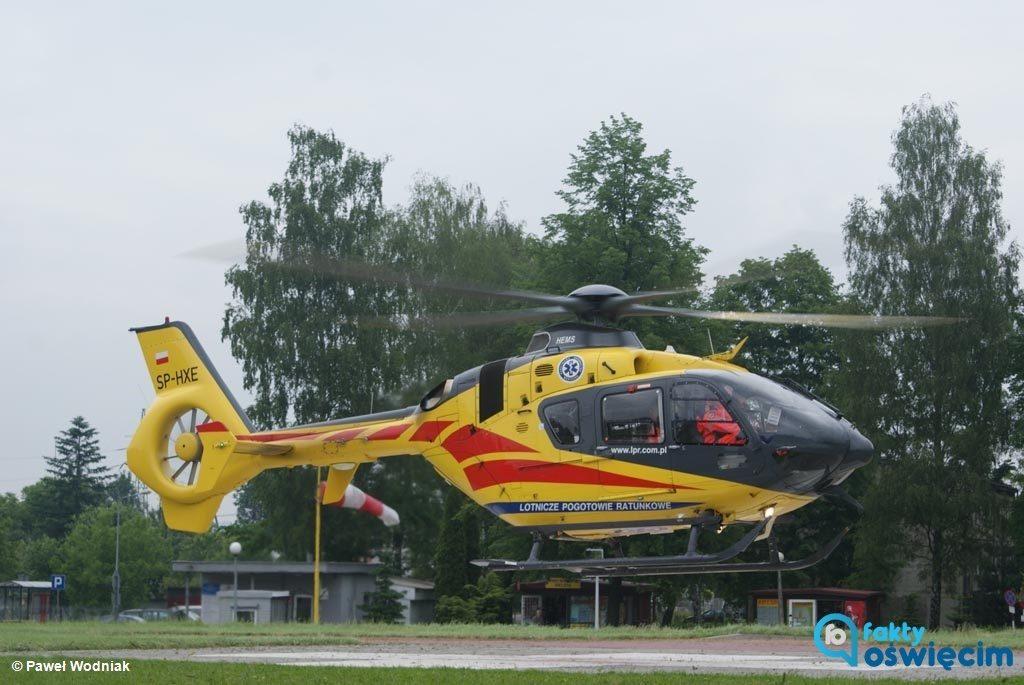 Dzisiaj rano w jednej z firm w Kętach doszło do wypadku w pracy. Rannego mężczyznę ratownicy przetransportowali śmigłowcem do jednego ze śląskich szpitali.