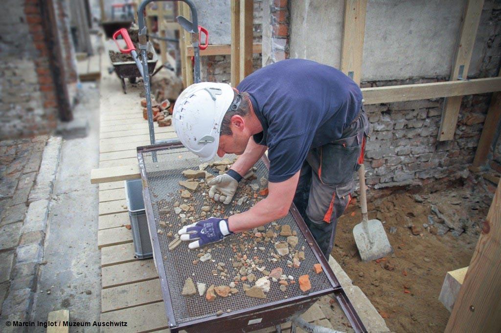Podczas prac w bloku 17 w byłym obozie koncentracyjnym Auschwitz pracownicy odnaleźli w przewodzie kominowym około 200 historycznych przedmiotów.