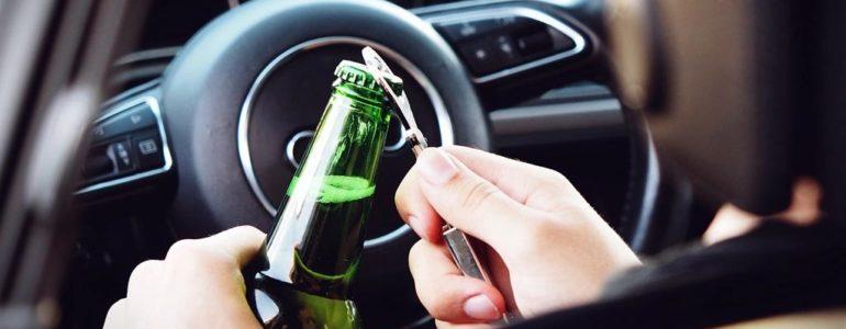 Pijany kierowca z piwem w ręce