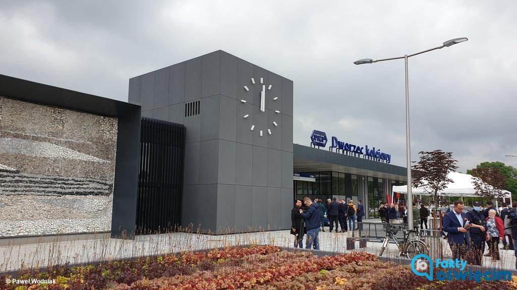 Od wczoraj funkcjonuje nowy dworzec kolejowy w Oświęcimiu. Otwarcia dokonał prezes PKP oraz prominentni i lokalni politycy partii rządzącej.
