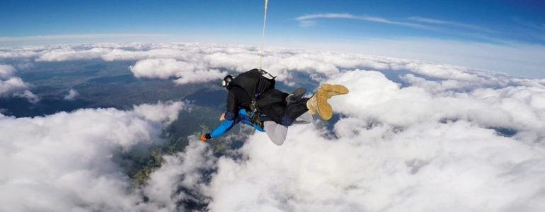 Skoczyli z wysokości 4000 metrów dla chorego dziecka – FILM
