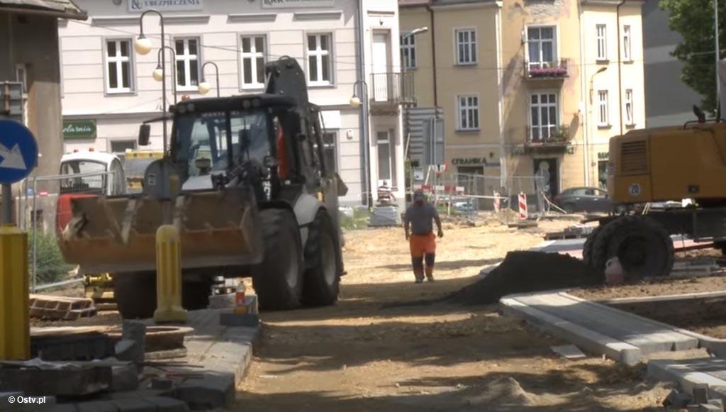 """Ostatnie majowe """"Wieści z ratusza"""" przedstawiają inwestycje drogowe w Oświęcimiu i zapowiadają drugi etap modernizacji ulicy Zaborskiej w Starym Mieście."""