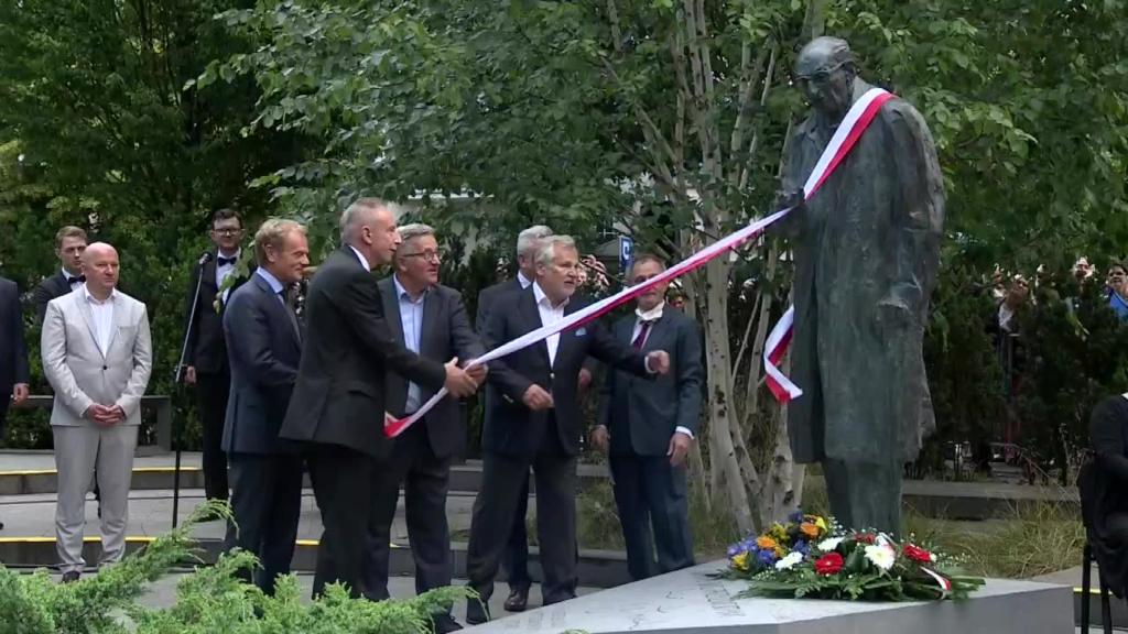 Pomnik Władysława Bartoszewskiego stanął w Sopocie, przy głównym dworcu kolejowym.