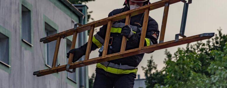 Pożar mieszkania w bloku. Sąsiedzi uratowali seniorkę – FOTO