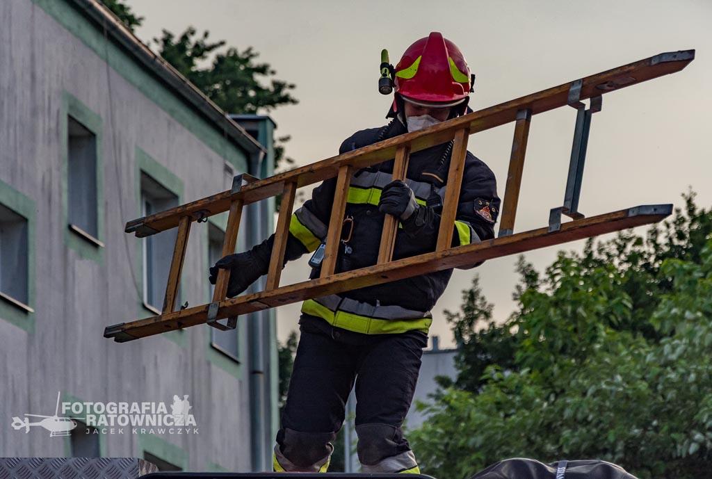 W bloku przy ulicy Wojska Polskiego w Chełmku wybuchł pożar. 71-letnią kobietę z mieszkania, gdzie doszło do zdarzenia, ewakuowali sąsiedzi.