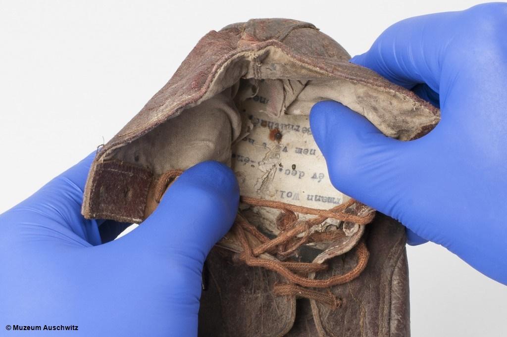 Konserwatorze z Miejsca Pamięci Auschwitz dokonali wyjątkowego odkrycia podczas prac zabezpieczających buty ofiar obozu, prezentowane na ekspozycji głównej.