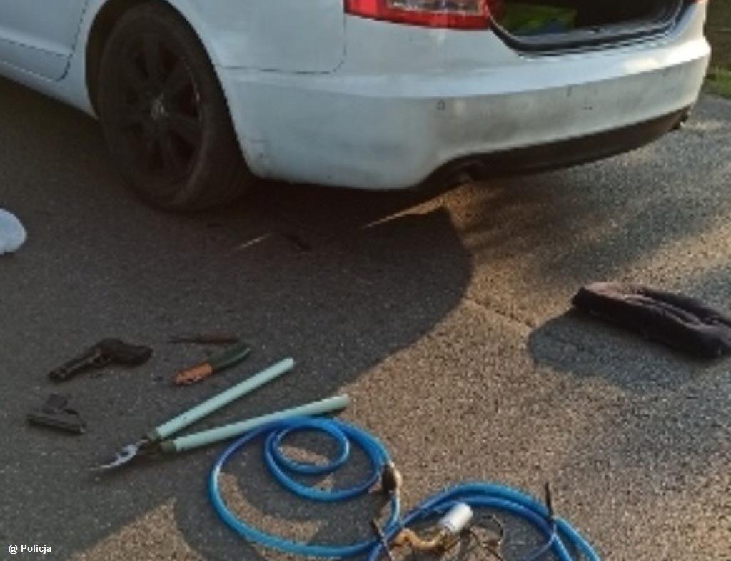 40-letni drogowy recydywista uciekał przed policyjnym pościgiem. W bagażniku jego samochodu policjanci znaleźli między innymi pistolety gazowe.