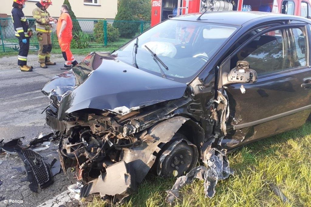 Cztery samochody zderzyły się w Bielanach. Przyczyną karambolu było przemęczenie jednego z kierowców. 19-latek zasnął za kierownicą.