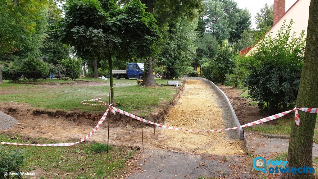 Samorząd Oświęcimia kontynuuje remonty chodników wewnątrz osiedli, które są w złym stanie. Aktualnie trwa modernizacja pieszych traktów na ulicy Kopernika.