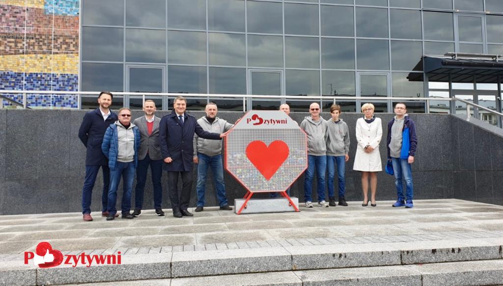 Stowarzyszenie Pozytywni ustawiło pierwszy pojemnik na plastikowe nakrętki w Oświęcimiu. Obiekt stanął przy Oświęcimskim Centrum Kultury.