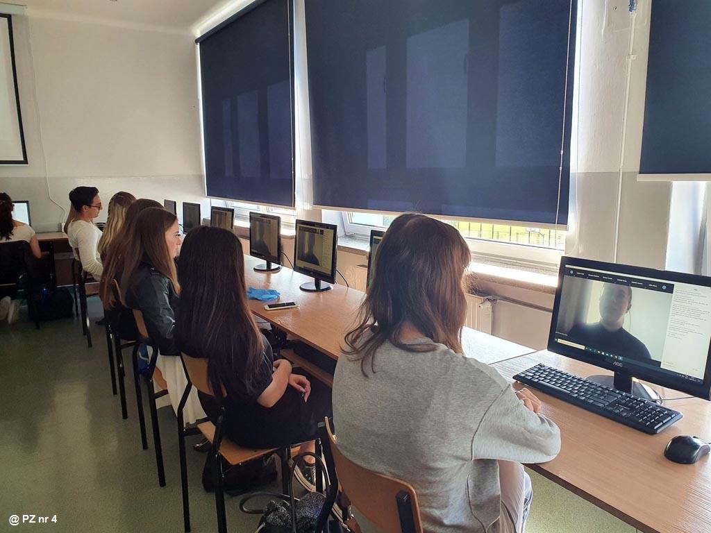 Młodzież z Ekonomika wzięła udział w projekcie edukacyjnym IT for SHE. Celem było zaciekawienie, głównie uczennic, tematyką programowania ialgorytmiki.