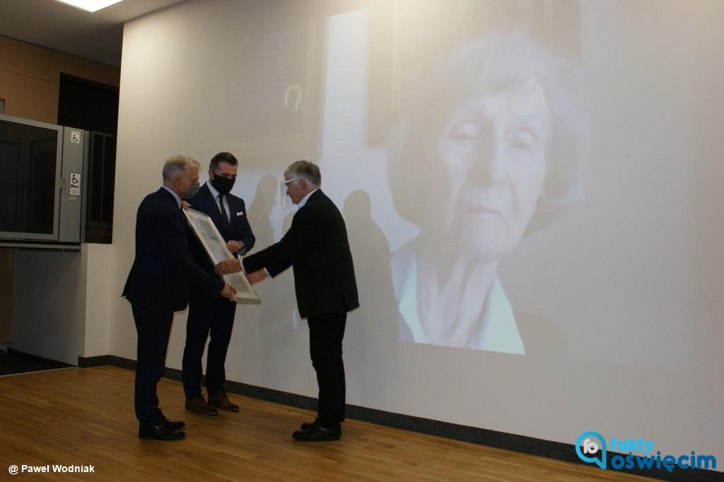 Zofia Posmysz, pisarka i scenarzystka, była więźniarka KL Auschwitz-Birkenau została patronką Specjalnego Ośrodka Szkolno-Wychowawczego w Oświęcimiu.