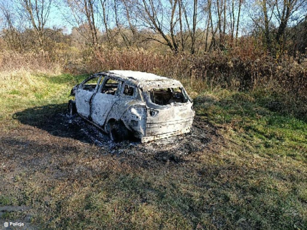 Mieszkaniec Chrzanowa znalazł w Podolszu spalony samochód, w którym znajdowały się zwęglone zwłoki mężczyzny. Śledczy ustalają okoliczności tragedii.