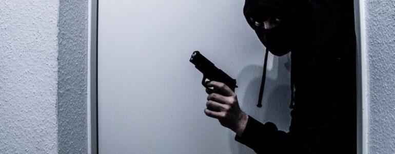 Napad z pistoletem. Policjanci ujęli dwóch bandytów