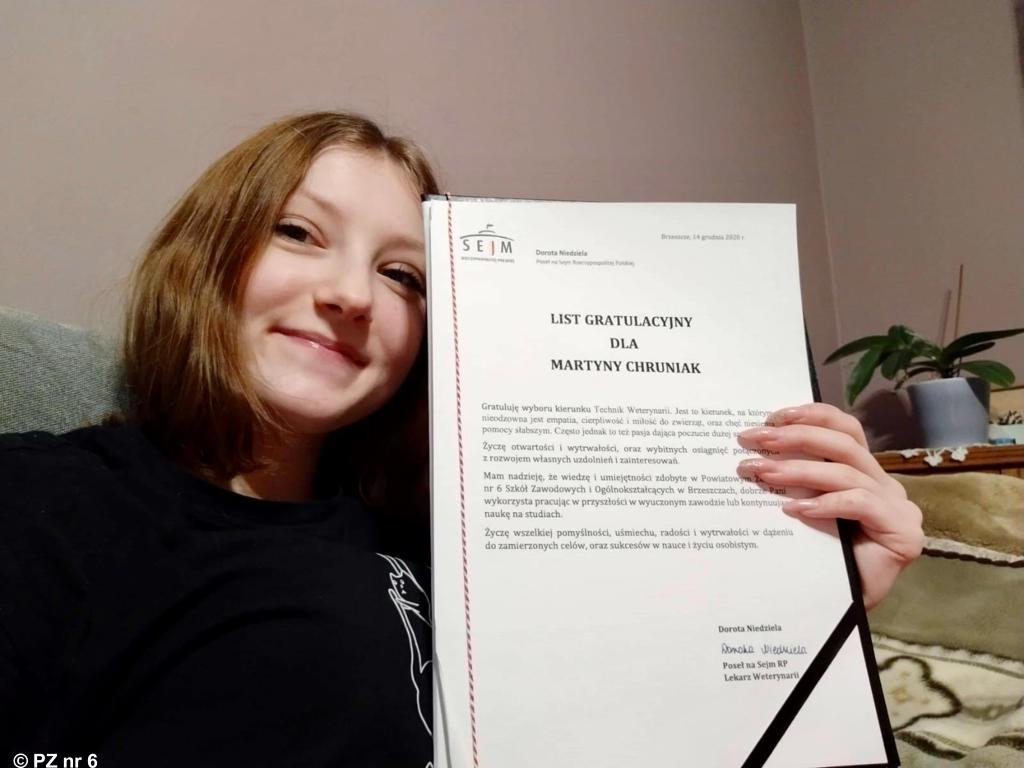 Uczennice pierwszej klasy technikum weterynaryjnego w Brzeszczach otrzymały listy gratulacyjne.