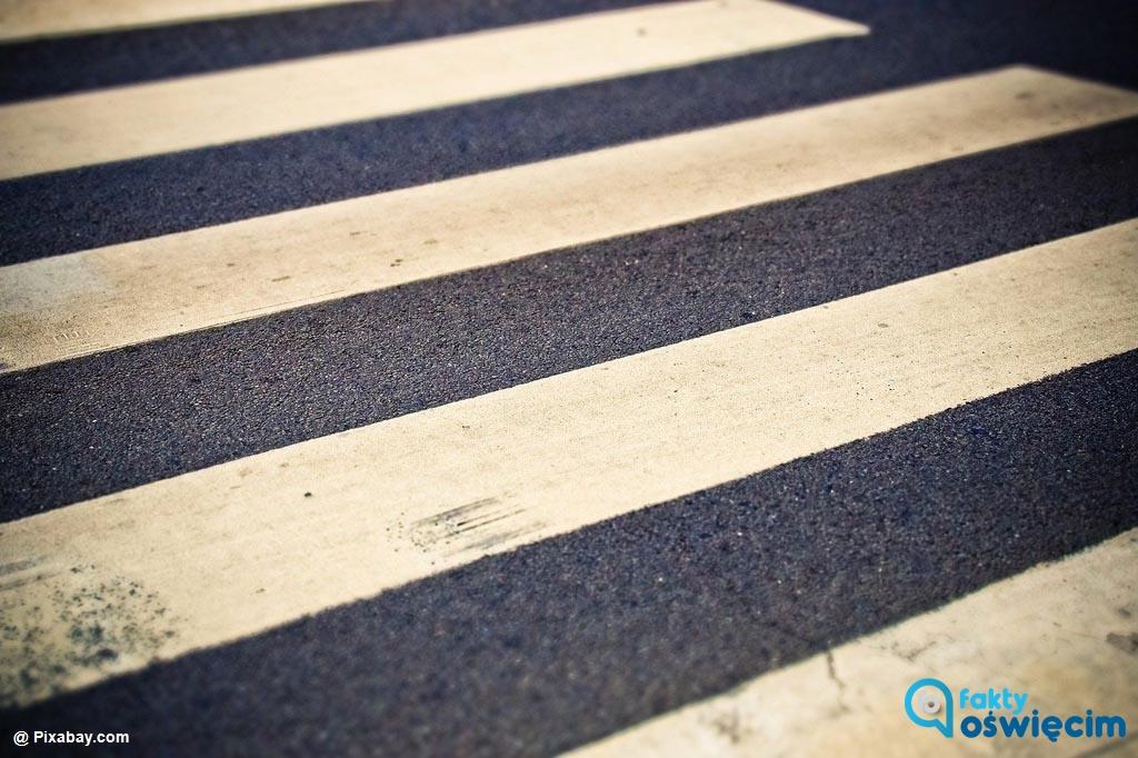 Wczoraj późnym popołudniem kierowca samochodu na przejściu dla pieszych w Oświęcimiu potrącił seniorkę. Kobieta doznała obrażeń głowy i licznych stłuczeń.